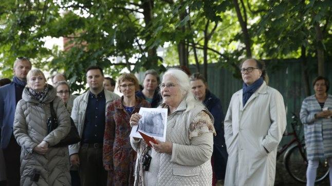 Luuletaja Viiu Härm näitab, milline nägi välja kunagisel Allemani ja nüüdsel Koidu tänaval asunud maja, milles sündis Marie Under.