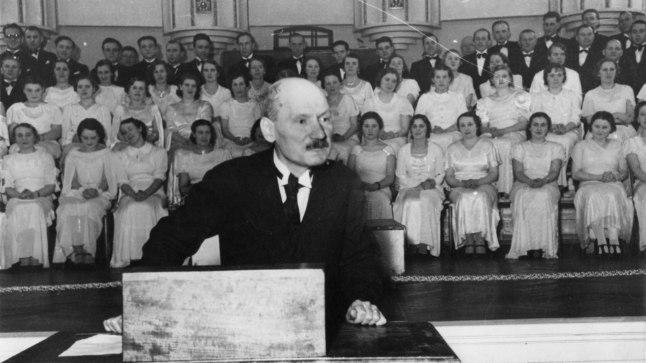 ÜLIKOOL JÄI KATKI: Oskar Luts (pildil 1937 Vanemuises kõnet pidamas) kasutas loomingus suurepäraselt ära loodusliku jutustamisande, poolelijäänud farmaatsiaõpingutest saadud teadmised ja eluülikoolis omandatu.