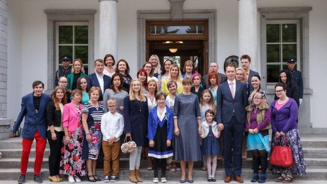Kersti Kaljulaid koos vähiravifondi vabatahtlikega.
