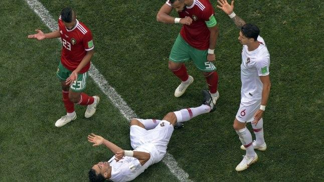 ALATU KOMEJANT: Pepe (murul pikali) üritas Maroko keskkaitsjale Medhi Benatiale (kaptenipaelaga) naeruväärse näitlemisega punast kaarti teenida.