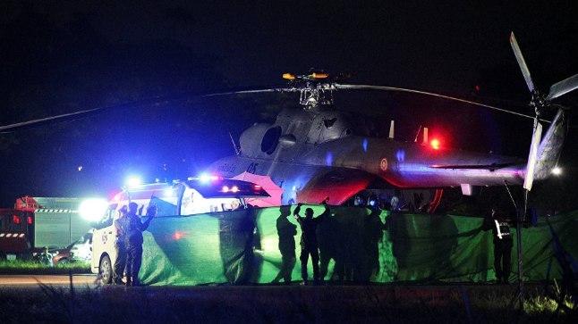 Спасенных школьников транспортируют  с военного вертолета в машину скорой помощи