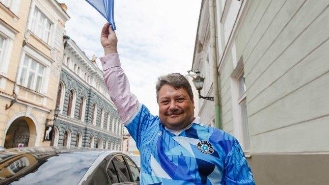RETROPAUK: Kui James Oates selle 1990ndatest pärit Eesti koondise särgiga Wembley'le Eestit toetama läks, hiilisid mitmed fännid ligi ning uurisid ega see müügiks ole.