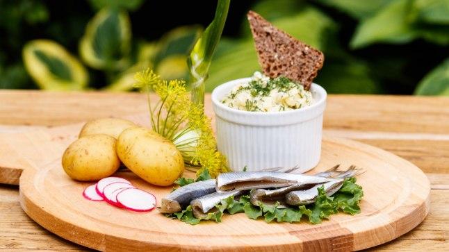 VANAEMA KOKARAAMATUST: Suurepäraselt maitseb värskete kartulitega munakaste. Kes arvab, et ka suutäis soolast kuluks ära, võib kõrvale võtta veel soolasilku.