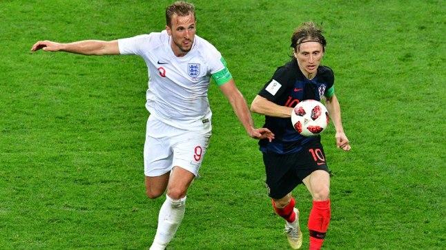 Luka Modric (paremal) võitlemas Inglismaa koondise kapteni Harry Kane'iga.