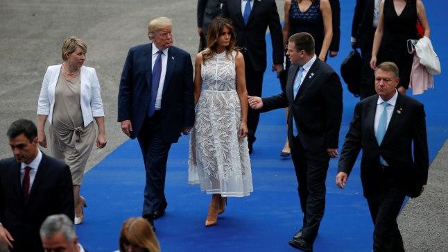 President Donald Trump ja tema abikaasa Melania Trump (keskel) vestlemas paremal seisva Jüri Ratasega. USA presidendist vasakul võib silmata Eesti peaminstri kaasat Karin Ratast.