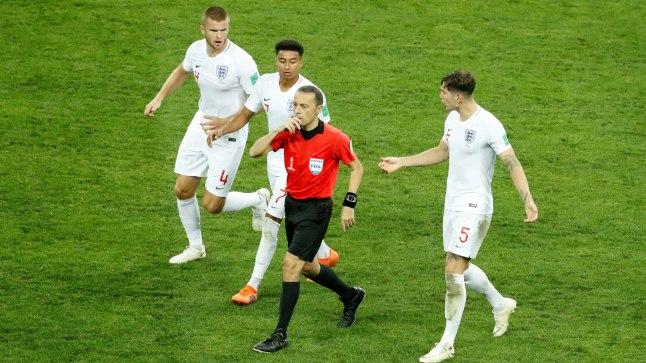 Inglismaa mängijad Eric Dier, Jesse Lingard ja John Stones vaidlevad kohtuniku Cuneyt Cakiriga.