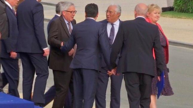 Jean-Claude Junckeril (keskelt vasakul, prillidega) aitasid teised poliitikud edasi kõndida