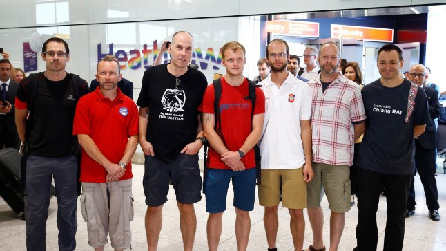 Tais päästeoperatsioonil osalenud Briti sukeldujad Rick Stanton, Chris Jewell, Connor Roe, Josh Bratchley, Jim Warny, Mike Clayton ja Gary Mitchell