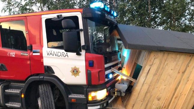 Põleng ja päästeauto kokkupõrge mängumajaga