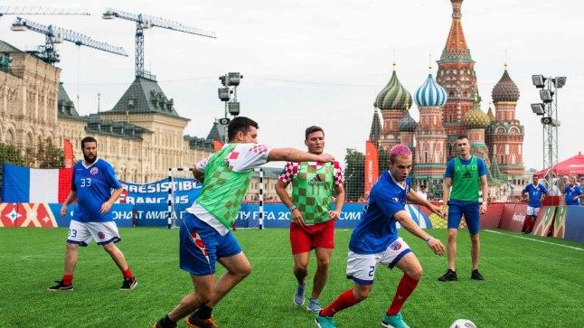 Фанаты сборных Франции и Хорватии играют дружеский матч на Красной площади 14 июля