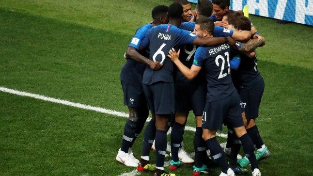 Prantsusmaa mängijad rõõmukuhjas.