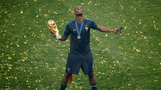 Keskväljamees Paul Pogba naudib hetke väljateenitud trofeega.