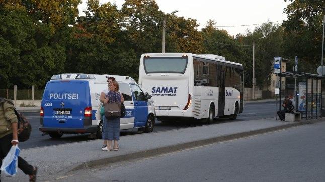 GALERII | Järve keskuse juures jooksis mees vastu bussi ja veristas jalga