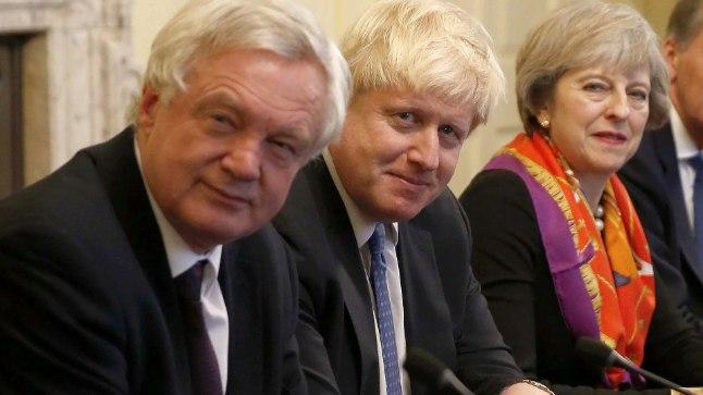 MÄSS: Suurbritannia peaminister Theresa May (paremal) 28. novembril 2016 valitsuse istungil koos välisminister Boris Johnsoni (keskel) ja Brexiti ministri David Davisega. Tänavu 9. juulil lahkusid nii Davis kui ka Johnson ametist, põhjendades otsust May liigse järeleandlikkusega Euroopa Liidust lahkumise üle peetavatel läbirääkimistel. Meedias on spekuleeritud, et Johnson soovib ise saada peaministriks. Teda näeks meelsasti Briti peaministrina ka USA president Donald Trump.
