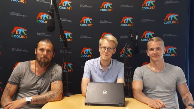 """Jesper Parve (vasakul) koos """"Viienda veerandaja"""" saatejuhtidega."""