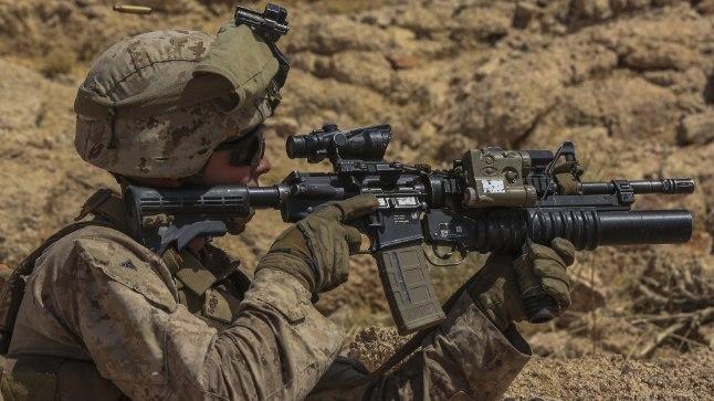 USA sõjaväelane M4A1 karabiiniga.
