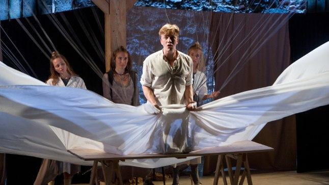 KOTKA LEND: Peeter (Jarmo Reha) tõuseb kotka selga, et lennata vendadele appi. Taamal vaatavad tema õhkutõusmist Elmi (Mirtel Pohla), Arma (Riina Maidre) ja Olvi (Liisa Pulk).
