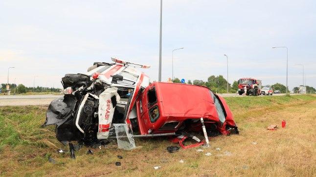 FOTOD | Murastes sõitis väikekaubik kiirabiauto külili