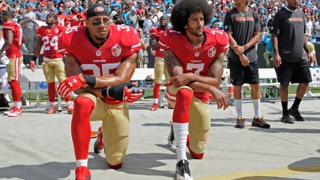 Colin Kaepernick (paremal) ja Eric Reid USA hümni kuulamas.