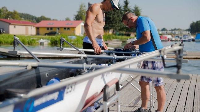 ASKELDAMAS: Pildil timmivad Tõnu Endrekson (vasakul) ja Matti Killing kahekesi Viljandi järve ääres paati, kuid praegu treenib Endrekson individuaalselt Pärnus.