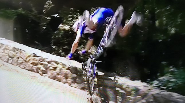 Philippe Gilbert üle kiviaia lendamas.