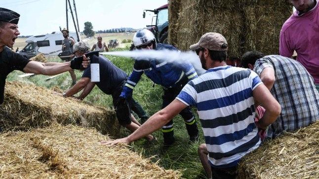 Politsei üritas farmerite mässu pipragaasiga peatada.
