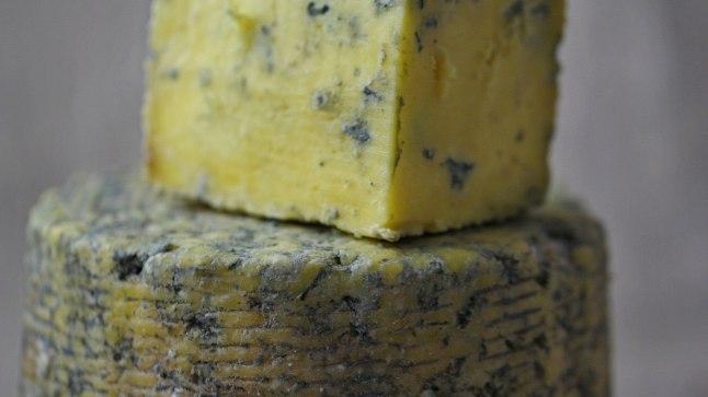 Inglise keeles nimetatakse smegmat peenisejuustuks. Arvatavalt aga lõhnab näiteks küps sinihallitusjuust smegmast paremini.