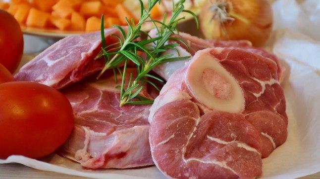 """EMÜ professor Tõnu Püssa pole kaugeltki nõus üldlevinud arvamusega, nagu oleks valge liha tervislikum kui valge. """"Samas heemis, mis teeb liha punaseks, sisalduv raud imendub meie organismis palju kergemini kui taimedes olev raud. Punane liha on ka väga hea B12-vitamiini, tsingi- ja seleeniallikas."""""""