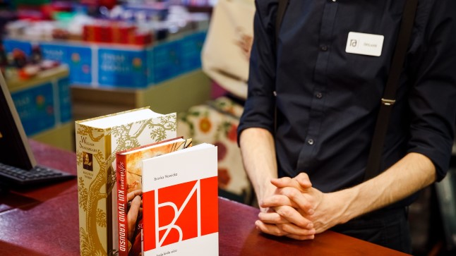 VALIKUT ON: Pildil on kaupluseketi Rahva Raamat kõige paksem, kõige õhem ja mahu poolest kõige populaarsem, 300-leheküljeline raamat.