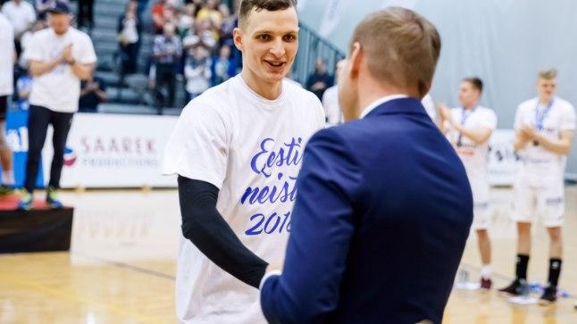 Rauno Tamme Eesti meistrivõistluste kuldmedalit kätte saamas.