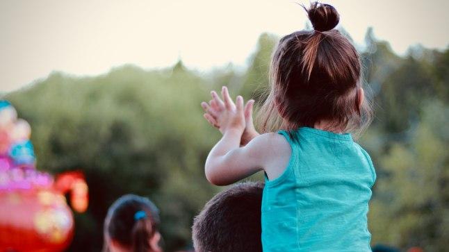 KOGEMUS LOEB: Üritustel ja muudes avalikes kohtades käimine õpetab last erinevate olukordadega kohanema.