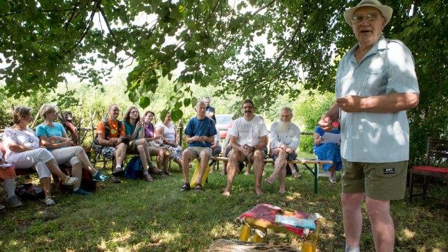 PEAD KOOS: Ilmatargad ja muidu huvilised kogunesid laupäeval Pärnumaale. Ilmar Tiismaa (paremal) ütleb, et selle aasta ennustused läksid enam-vähem täppi.