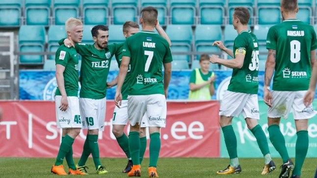 FC Flora väravat tähistamas