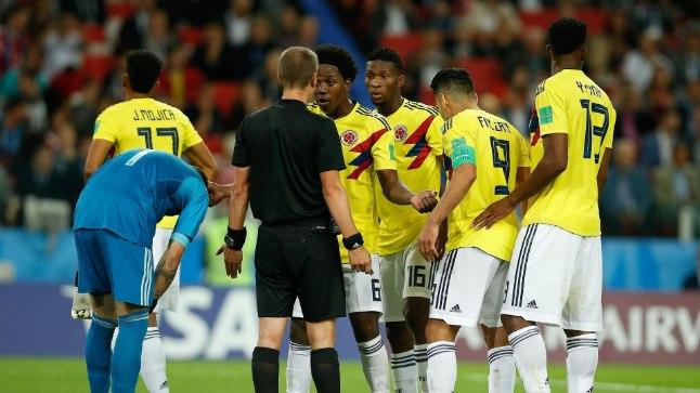 Kolumbia jalgpallurid uurivad kohtunik Mark Geigerilt, miks too nende väravasse penalti määras.