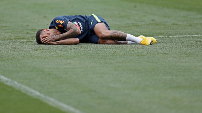 Tasakaaluga probleeme? Neymar ei suuda isegi trennis püsti püsida.