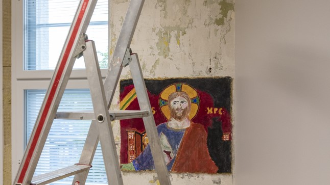 Muinsuskaitse ja restaureerimise osakonna tudengid harjutavad vanas majas freskode tegemist.
