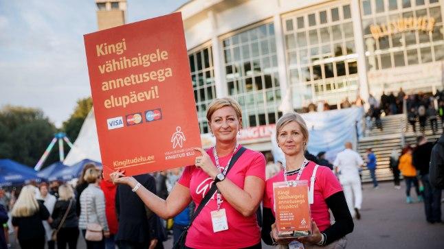 ÕLLESUMMERIL EI OLDA KITSID: Vähiravi fondi vabatahtlike Karini ja Kätlini sõnul annetavad Õllesummeri külalised eriti lahkelt.