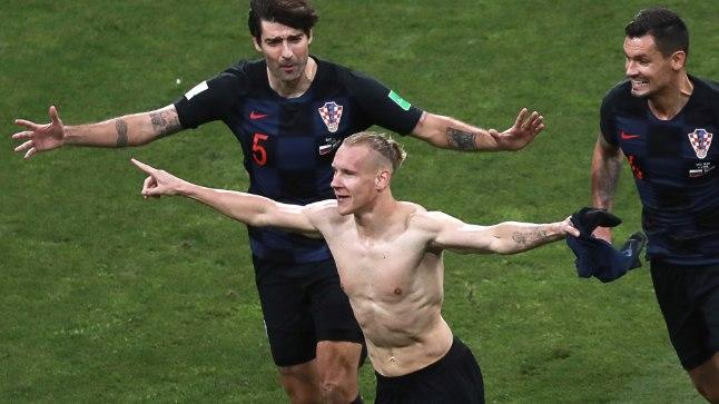 Domagoj Vida (keskel) sai pärast värava löömist kollase kaardi, sest rebis särgi seljast.