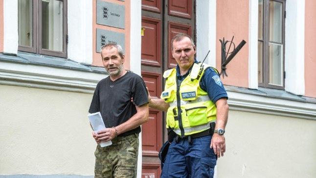 Elumaja süütamises kahtlustatav teel Viljandi kohtumajja