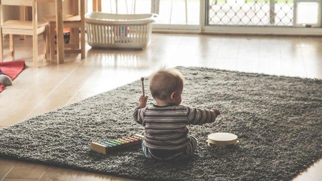 MIS ON ÕIGLANE ELATIS: Üksinda lapsi kasvatavad vanemad on mures, mis saab pärast seadusemuudatust, mis elatusmiinimumi 250 eurolt 84 eurole langetab. Sellest jätkuvat lapsele vaid nädalaks.
