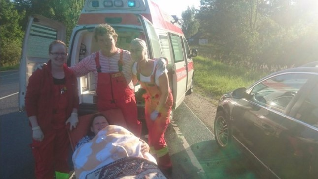 VASTUVÕTUKOMITEE: Väike Mia sündis Valga ja Tartu vahelisel teel, kohe seal, kust keerab Elva peale. Pildil keskel emaks saanud Triin koos appirutanud kiirabibrigaadiga. Tänulik isa on kaamera taga.