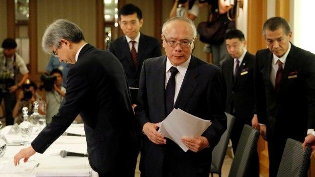 Tetsuo Yukioka (keskel), ülikooli tegevdirektor, lahkub pressikonverentsilt