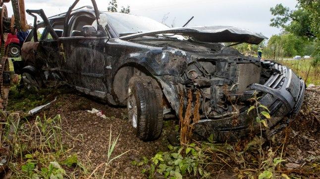 SURMASÕIDU LÕPP: Auto sõitis ohtlikus kurvis teelt välja ja paiskus vastu kombaini.