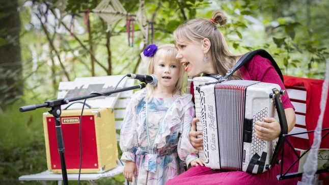 Mari Kalkun on innustanud laulma ka oma tütre, kelle kontserdidebüüt oli koos emaga Intsikurmus.