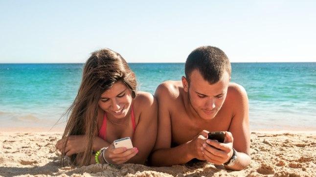 Vanemad unustavad rannas laste jälgimise, sest telefon võtab kogu tähelepanu.