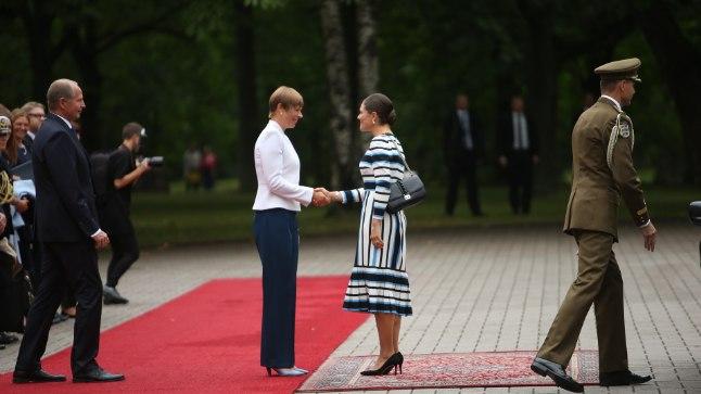 KOSTÜÜMIVAHETUS: Kui kroonprintsess Victoriaga kohtudes oli president Kersti Kaljulaidil seljas sinine pükskostüüm, mida kattis valge pintsak...