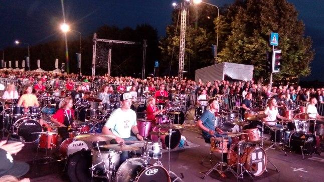 TRUMMID ÖÖS: Korraldajate sõnul mängis trummialal korraga koos kuni paarsada trummarit.