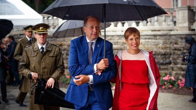 SEENELISED, KOGUNEGEM: President Kersti Kaljulaid julgustas külalisi vastuvõtule kummikutes tulema, ise tõmbas vahelduseks pükskostüümile kleidi selga.