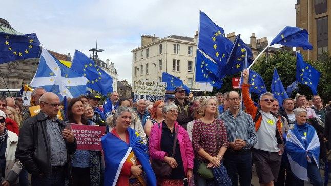 RAHVAS SOOVIB SÕNAÕIGUST: Šotimaal Edinburghis nõudsid sajad meeleavaldajad laupäeval, et saavutatav kokkulepe Euroopa Liidust lahkumiseks tuleb panna rahvahääletusele.