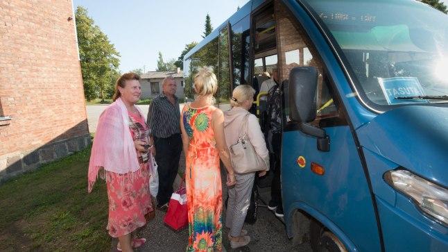 TÖÖLE JA TAGASI: Ulilast Tartu poole teele asuv Ljubov saab linnas tööl käia tasuta bussiga.